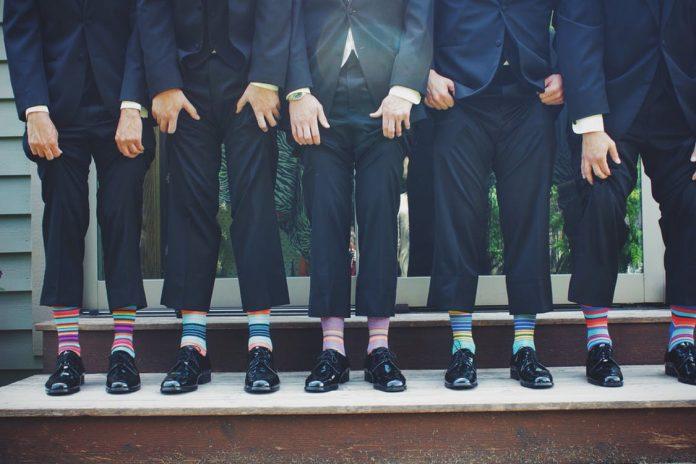 varios hombres puestos en fila