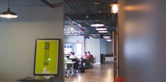 oficina con empleados