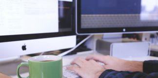 imagen de un trabajador en su escritorio